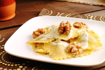 Raviolis con salsa de queso y nueces