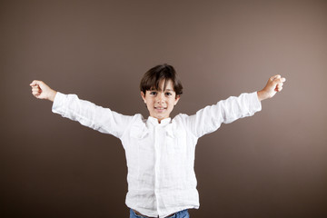 Niño alzando los brazos