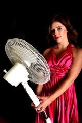 Femme avec un ventilateur électrique
