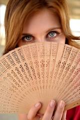 jeune femme avec ventilateur