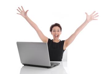 Hurra - glückliche junge Frau sitzend am Schreibtisch
