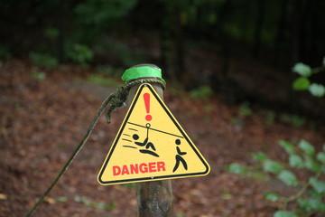 Hinweisschild Gefahr -  Achtung Seilbahn im Hochseilgarten