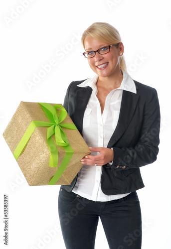 blonde Frau mit Geschenk