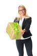 Frau überreicht ein Geschenk