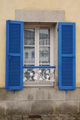 Fenster mit Fensterbankgeländer