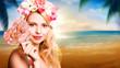attraktive blonde Frau vor Strandhintergrund
