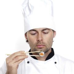 Koch überprüft Sushi