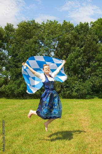 Frau im Dirndl springt