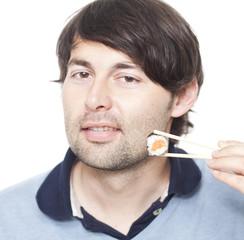 Halb-asiatischer Mann mit Sushi