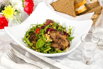 Утка с рукколой и овощами