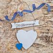 Herz mit Schleife auf Hintergrund aus Holz