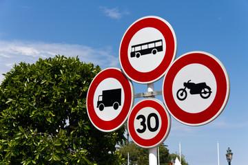 Verbotsschilder im Verkehr