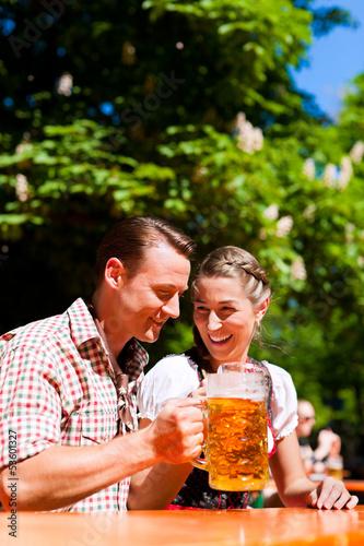 Glückliches Paar sitzt im Biergarten  - 53601327