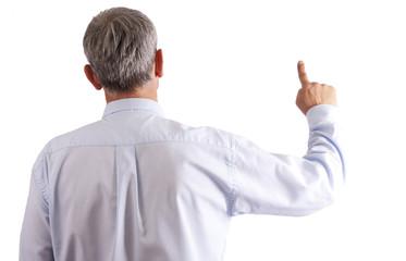 hombre señalando en fondo blanco