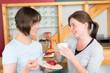 freundinnen bei kuchen und kaffee