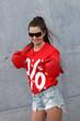 """Junge Frau mit T-Shirt """"Prozente"""