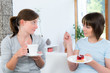 frauen reden bei kuchen und kaffee