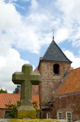 Kirche in Greetsiel mit Kreuz