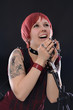 Junge Rockmusikerin singt gefühlvoll