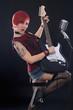 Rothaarige Rockmusikerin mit E-Gitarre