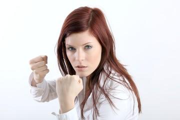 Kämpfende junge Frau