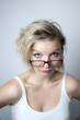 Blonde Frau mit Brille