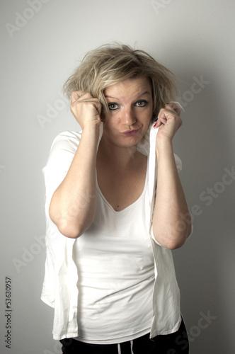 Junge blonde Frau versteckt sich