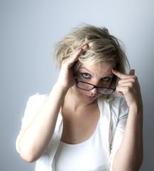 Frau versteckt sich aus Scham