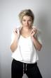 Junge Frau in weißer Bluse