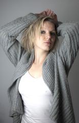 Blonde Frau in grauer Wolljacke