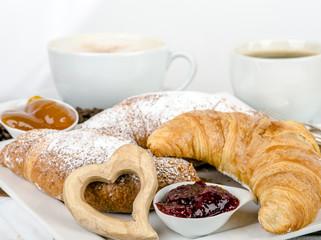 Guten Morgen: Leckeres Frühstück mit Kaffe und Croissants