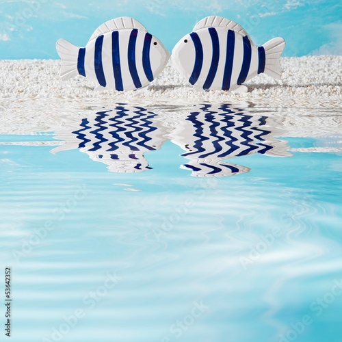 Ein Liebespaar am Meer als blauen Hintergrund - Fische
