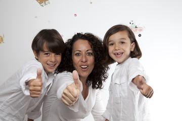 Familia con gesto OK 2