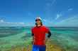 南国沖縄の海辺で寛ぐ男性