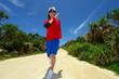 田舎道を走る男性