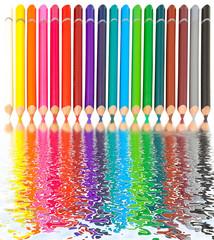 reflets de crayons de couleurs