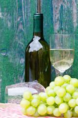 weißwein vor grünem holz