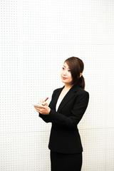 メモをとるスーツの女性社員