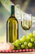 brot und weintrauben zu weißwein