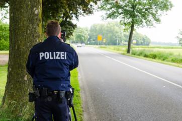 polizist bei geschwindigkeitsmessung
