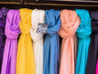 Auswahl an Halstüchern zum Verkauf