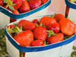 Schale mit frischen Erdbeeren