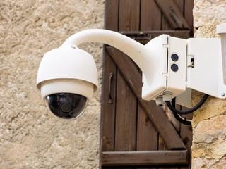 Überwachungskamera an einer Mauer