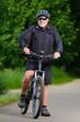 freundlicher herr beim mountainbiking