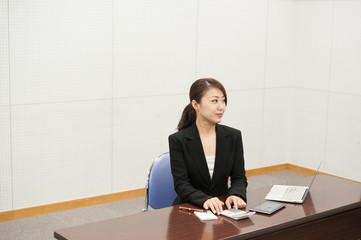 計算する女性社員