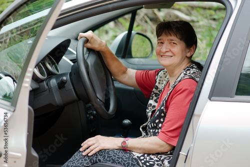 femme au volant de la voiture la portière ouverte