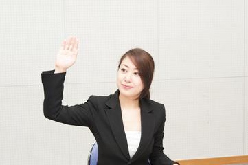 活発に手を挙げる女性