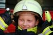 Kind in Feuerwehrschutzkleidung