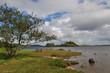 Petit banc au bord d'un lac du Connemara.