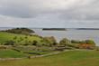 Lac  et murs en pierre du Connemara.